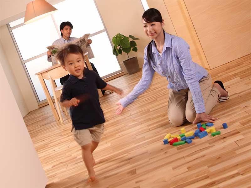 ママを振りほどいて走りだす2歳の男の子