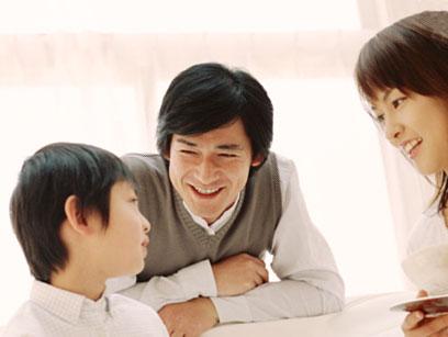 パパとママと話をしている5歳の男の子