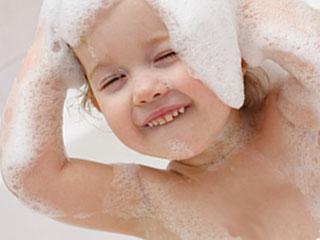 シャンプーの泡で全身を洗う赤ちゃん