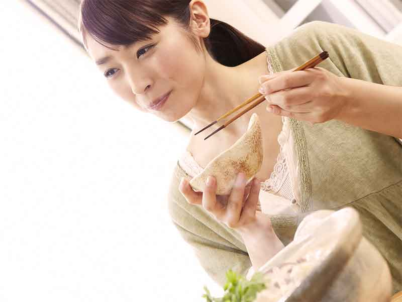 健康的な和食を食べている笑顔のママ