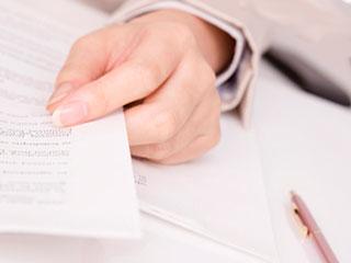 書類を持つ女性の手