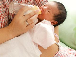 哺乳瓶で赤ちゃんにミルクを飲ませる
