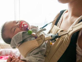 眠る抱っこされた赤ちゃん