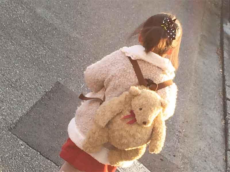 歩いている女の子の後ろ姿