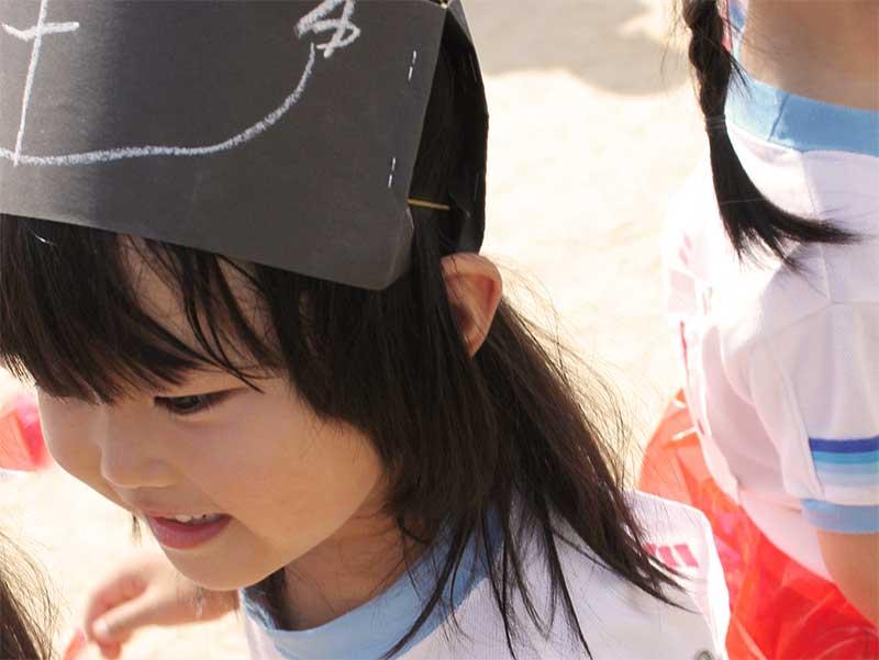 運動会の出し物発表前で緊張して苦笑いの女の子