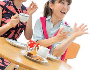 友達とお茶を飲む女性