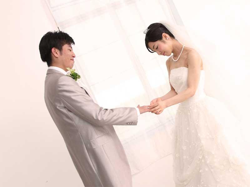 結婚式で指輪を交換する夫婦