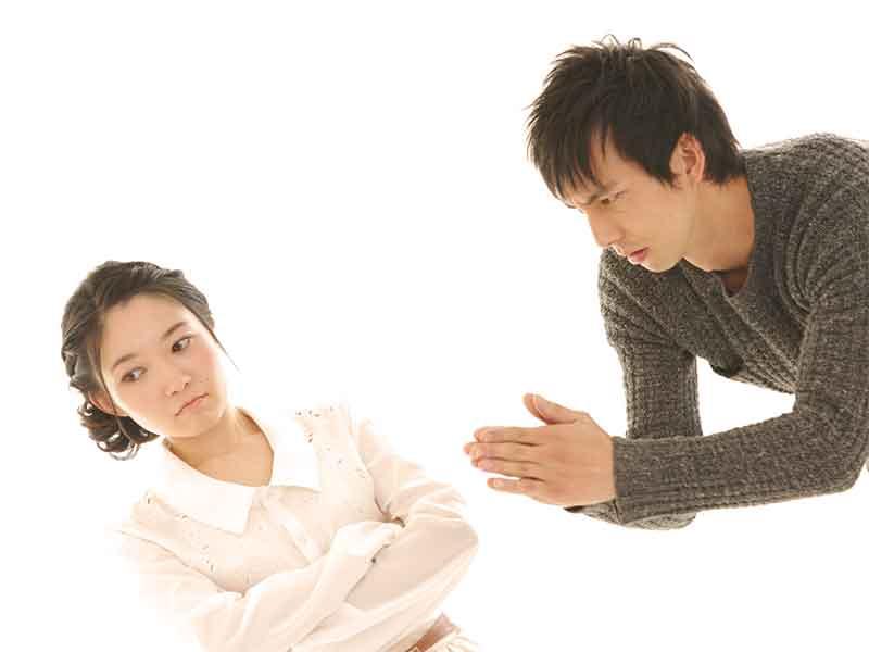 両親の悪口を言われ起こっている妻に謝る旦那