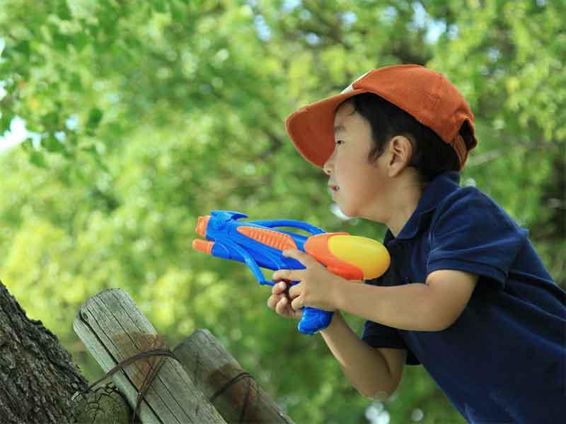 外で遊んでいる子供