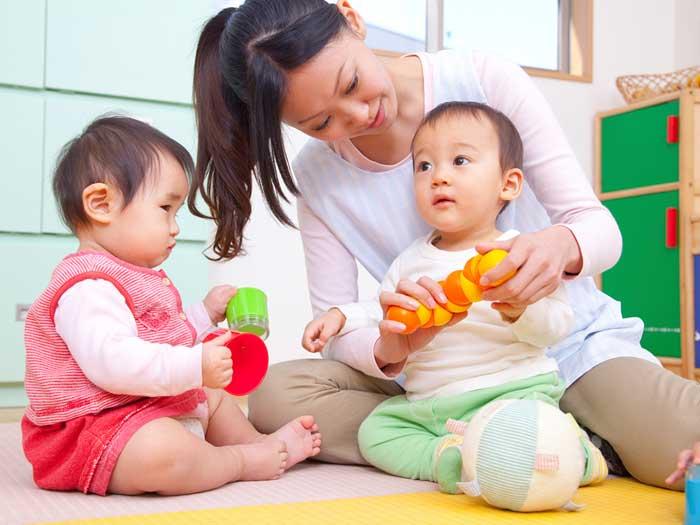 保育所で赤ちゃんの世話をする児保育師