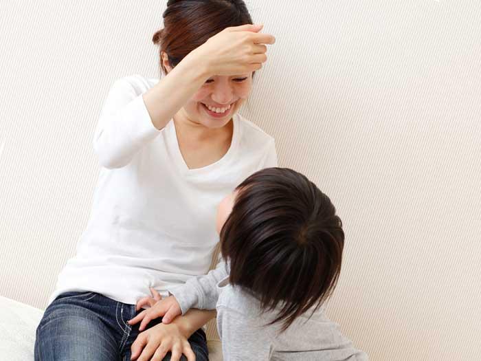 子供の話を笑顔で聞く母親