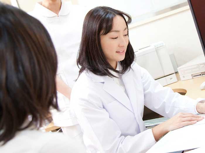 女医の診断を受ける妊婦