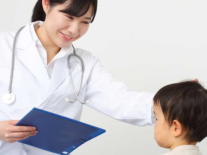 幼児を診察する女医