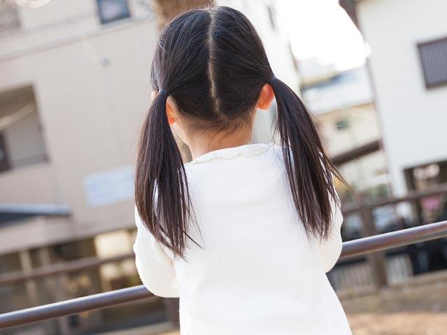 少女の後ろ姿