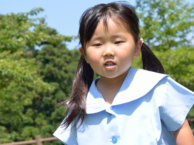 幼稚園の制服を着た園児