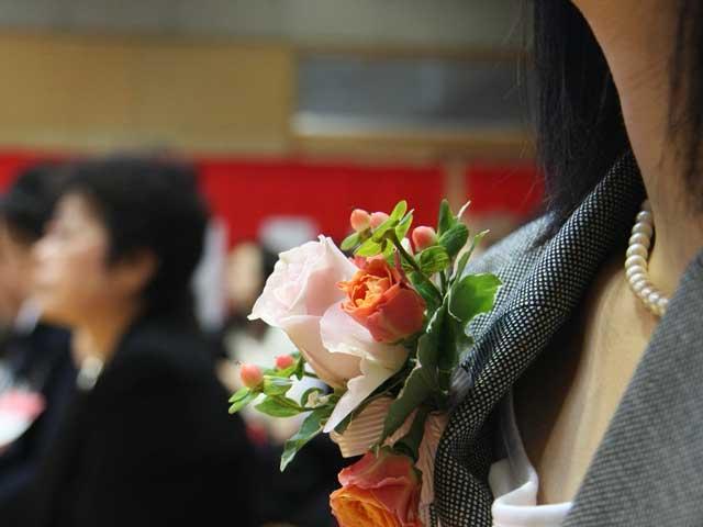 卒園式に出席する母親