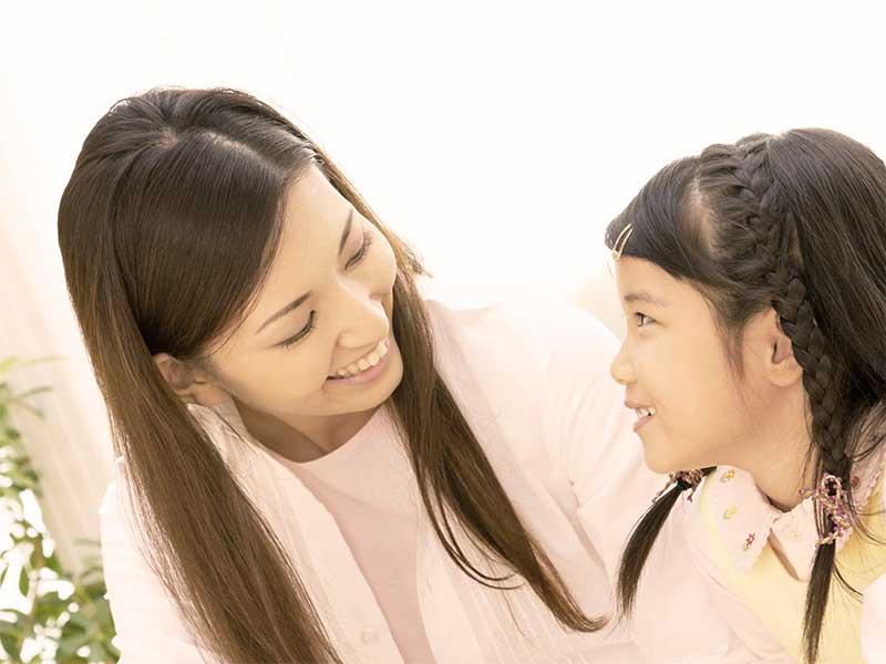 母親と喋っている女の子