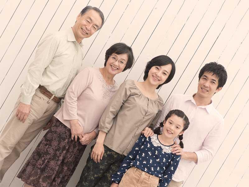 並んで立っている3世代家族