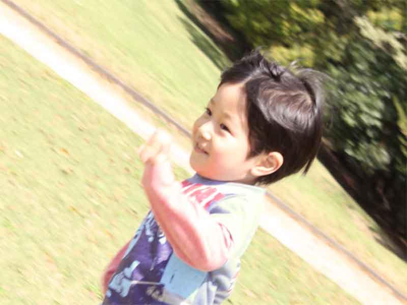 外で走っている男の子