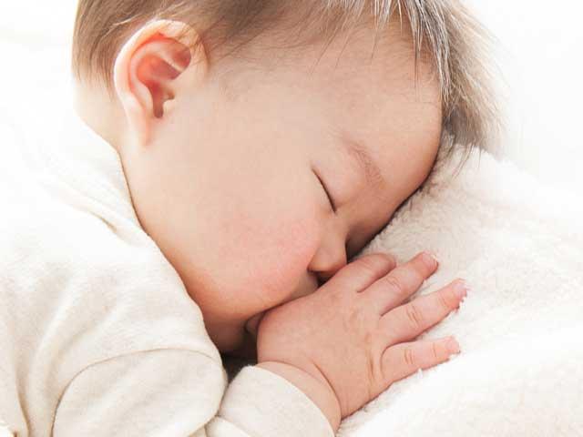 指を咥えながら眠る赤ちゃん