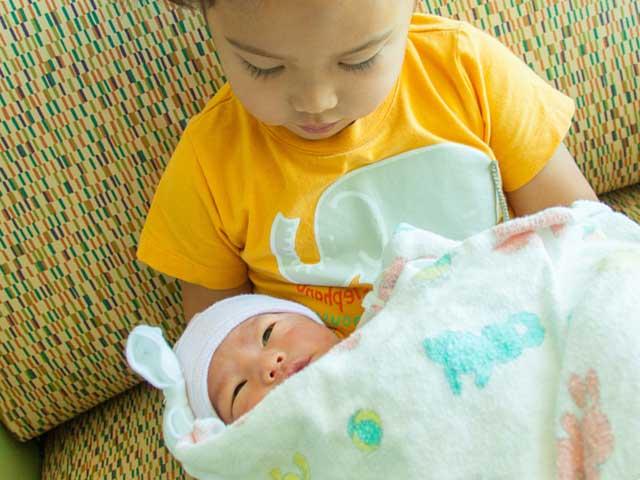 赤ちゃんを抱く女の子