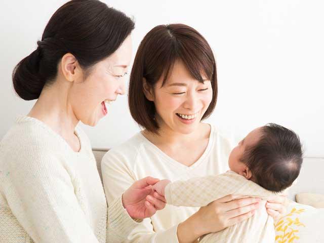 赤ちゃんをあやす母親と祖母