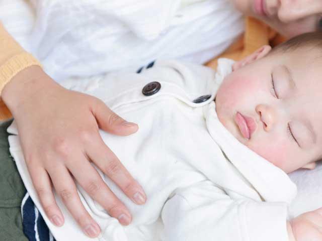 母親と一緒に眠る赤ちゃん