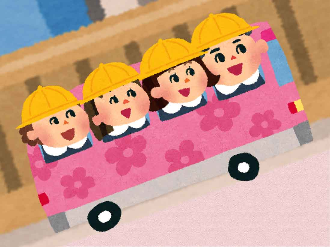 幼稚園のバスで登園している幼稚園児