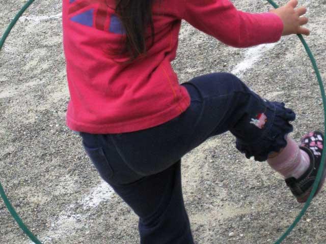 フラフープの練習をする女の子