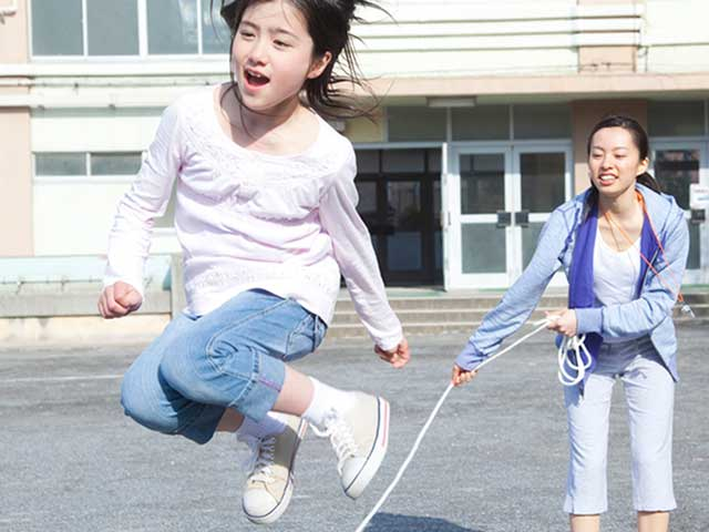 ジャンプをする女の子