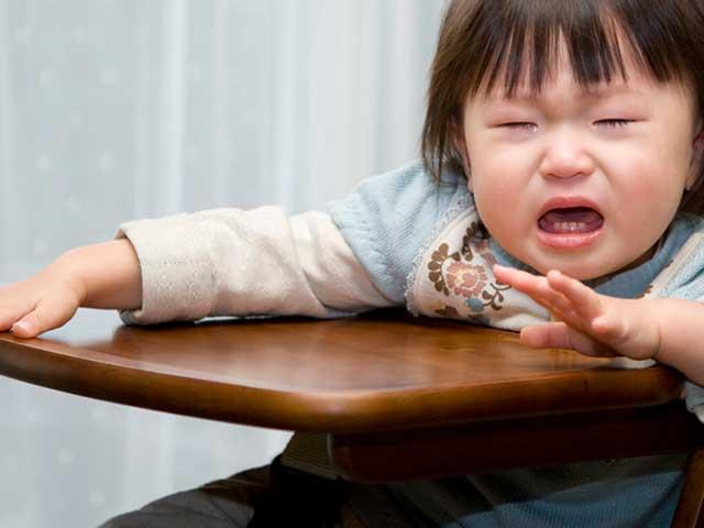 椅子に座りながら泣く幼児