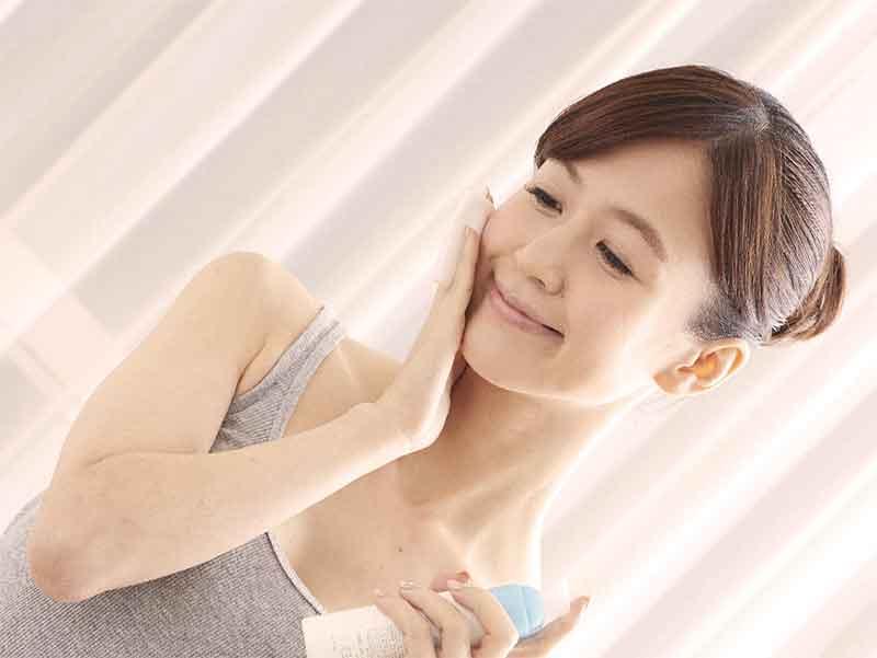 ニキビケア用の化粧品を使っている女性