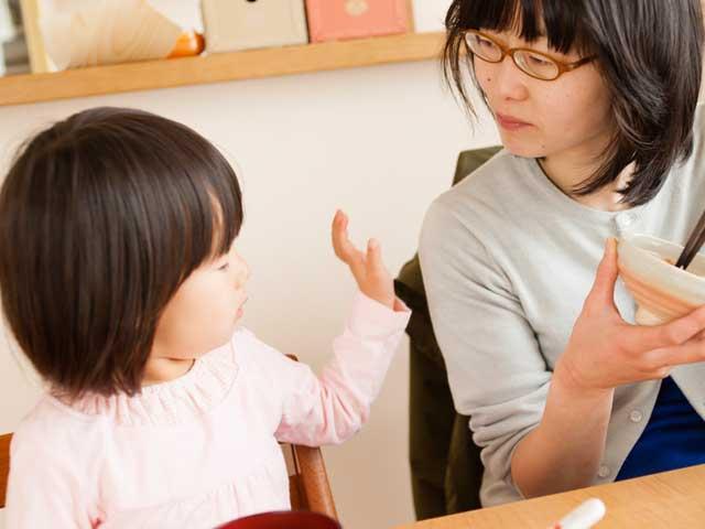 子供の話を聞く母親
