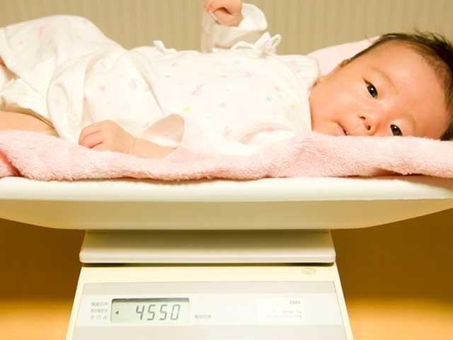 体重計にのる赤ちゃん