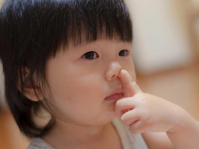 指で鼻をほじる幼児