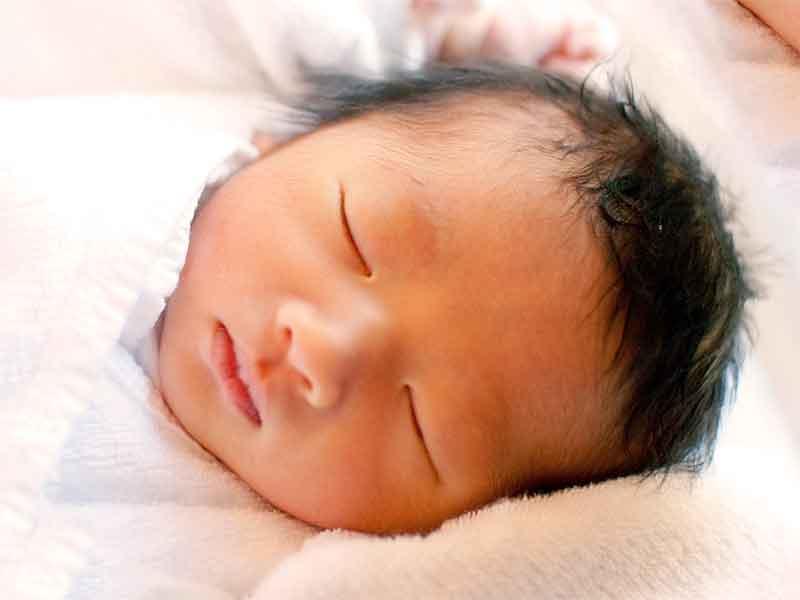 良く寝てる新生児