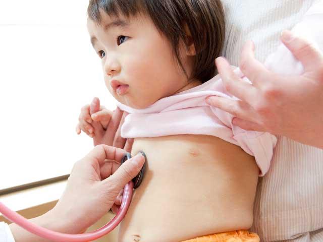 聴診をうける赤ちゃん