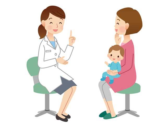 女医の問診を受ける母親と赤ちゃん