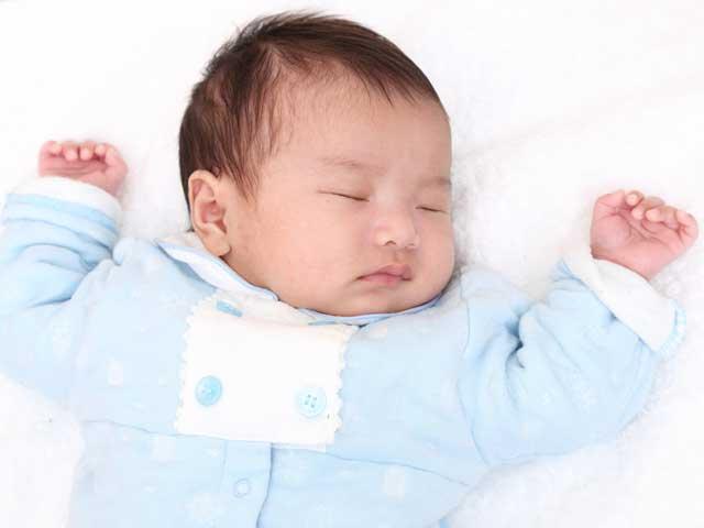 厚手のパジャマで眠る赤ちゃん