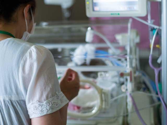 病院の新生児室