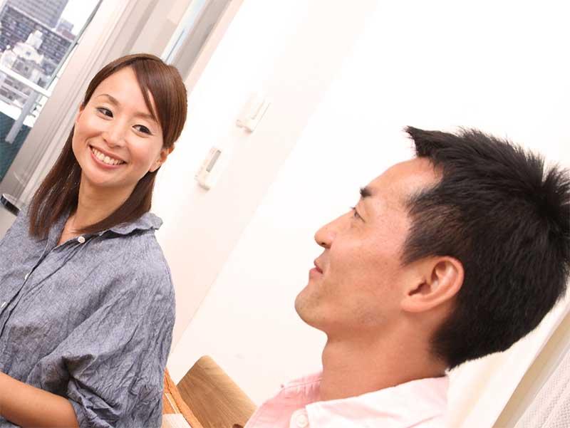 笑顔で会話している夫婦
