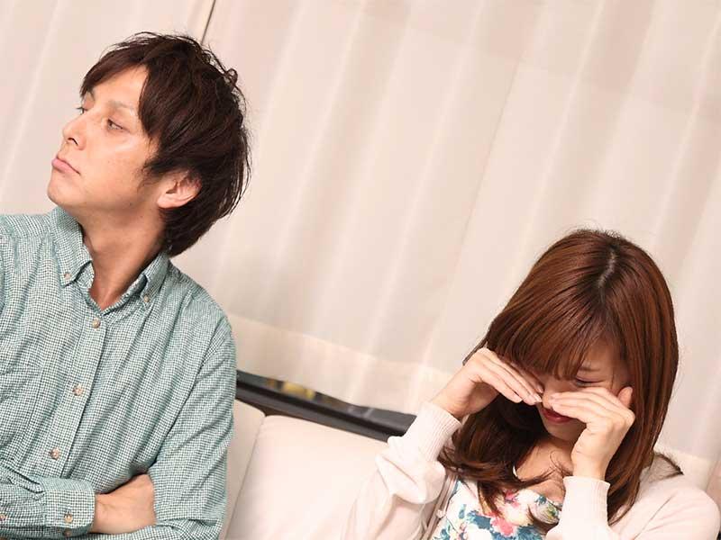 夫婦喧嘩で泣いている妻とそっぽを向いている旦那