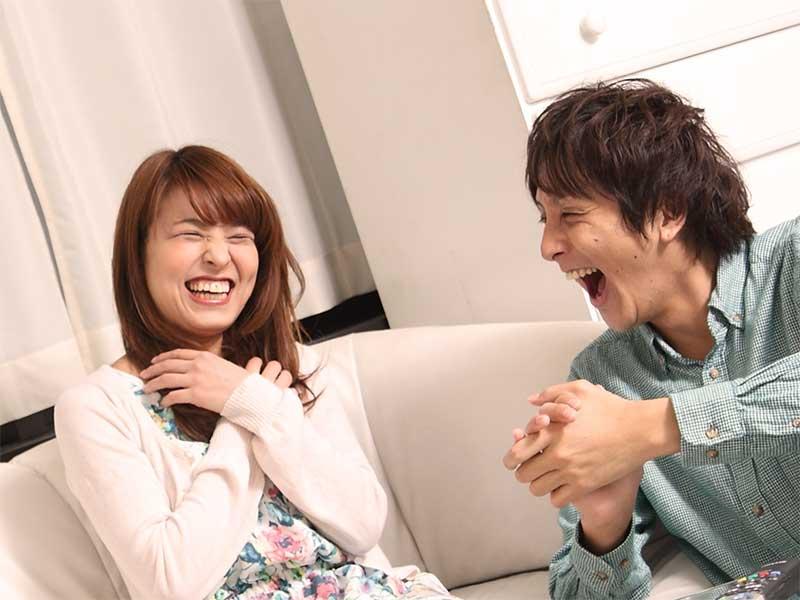 顔を見合わせ爆笑している夫婦