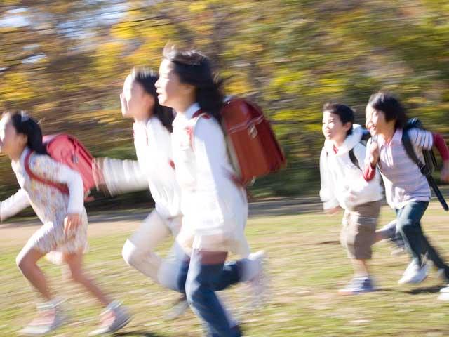 走る小学生のグループ