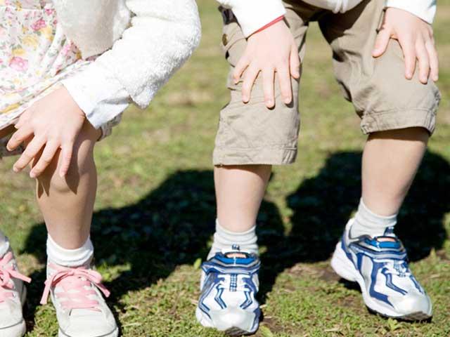 膝を曲げる子供