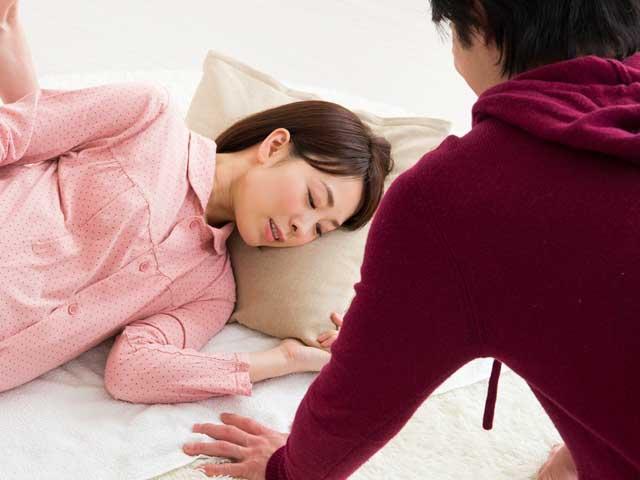 妊婦の妻を見守る夫