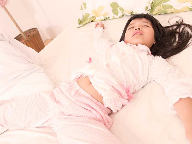 朝なのにいつまでもベッドで寝ている女の子