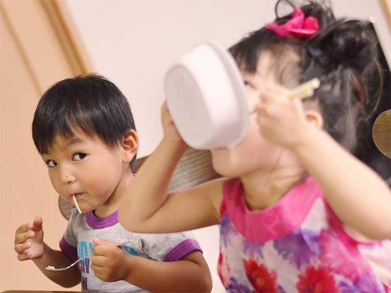 ご飯をすごい勢いで食べている子供たち