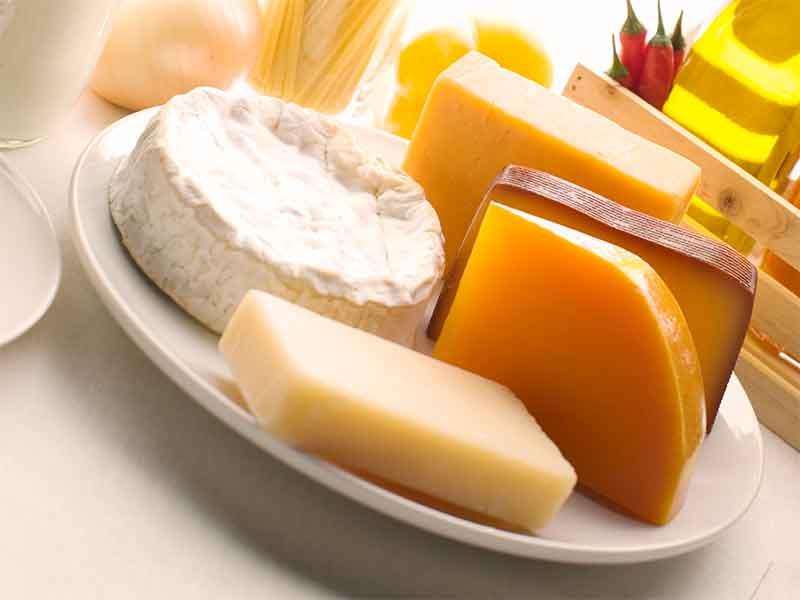 テーブルに乗ってるカマンベールチーズ・プロセルチーズ・チェダーチーズ・ゴーダチーズ