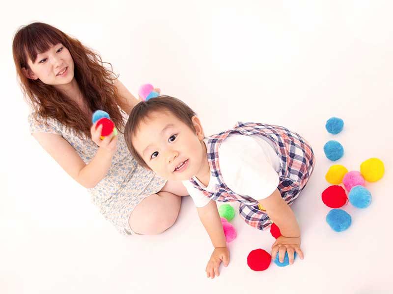 母親と遊んでいる2歳児